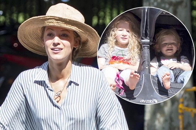 Блейк Лайвли в мини-шортах прогулялась с детьми по Мадриду