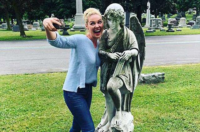 Кэтрин Хейгл извинилась за глупые селфи с могилы брата на кладбище