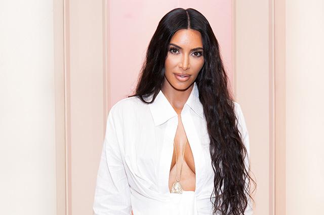 Ким Кардашьян в белоснежной рубашке с очень глубоким декольте посетила фешн-саммит в Лос-Анджелесе
