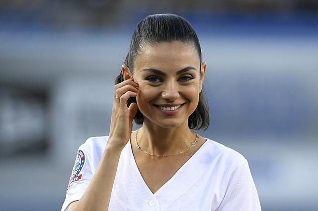 Мила Кунис приняла участие в бейсбольном матче: новые фото актрисы