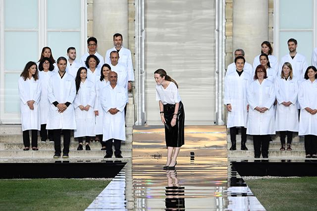 Клэр Уэйт Келлер и сотрудники ателье Givenchy