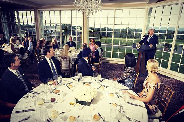 Мелания и Дональд Трамп с гостями