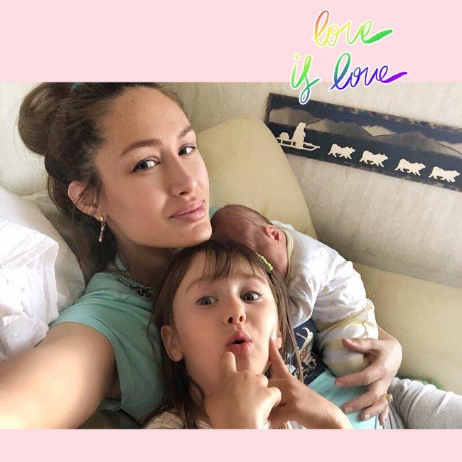 Алена Ашмарина показала милое фото с двумя дочерьми