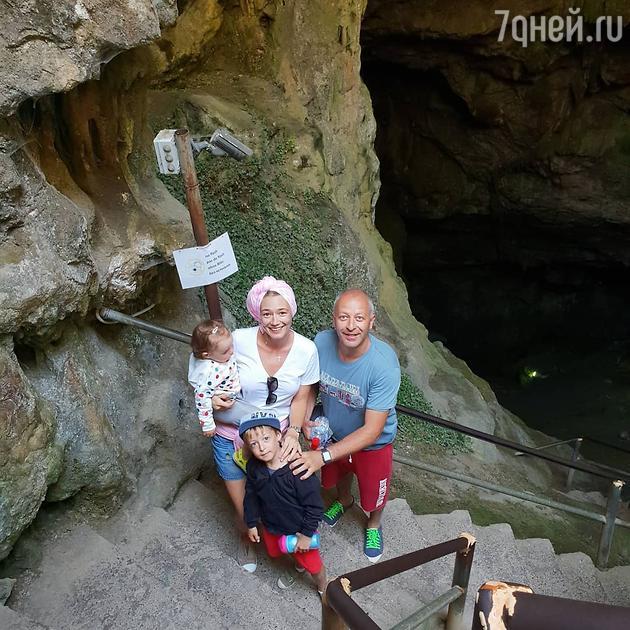 Оксана Акиньшина с мужем и детьми