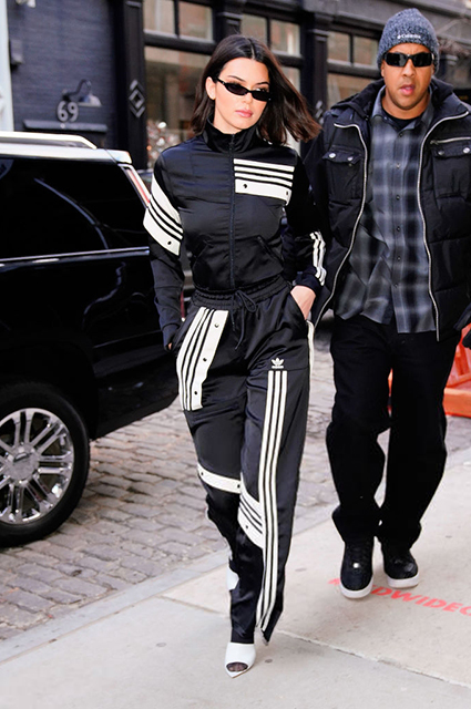 Костюм Adidas Originals, туфли Gianvito Rossi
