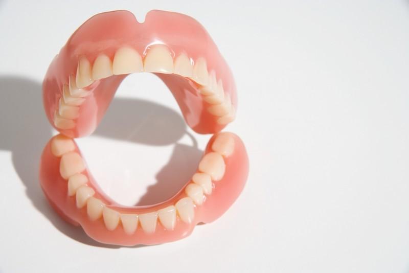 В американском штате Вермонт женщины должны получить разрешение мужа на ношение зубного протеза