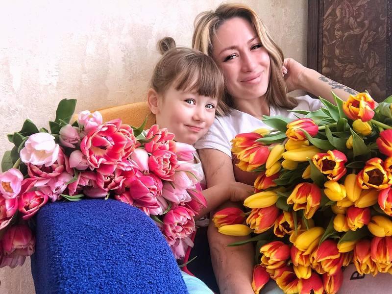 Экс-участница «Дома-2» Алена Ашмарина впервые показала новорожденную дочь