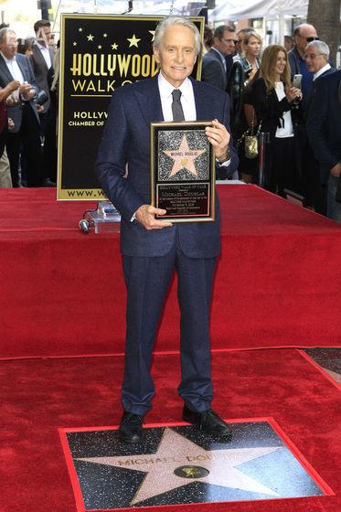 В Голливуде открыли звезду Майкла Дугласа. Фоторепортаж / Бульвар Гордона