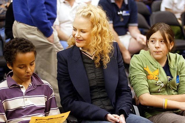 Николь Кидман с приемными детьми в 2004 году