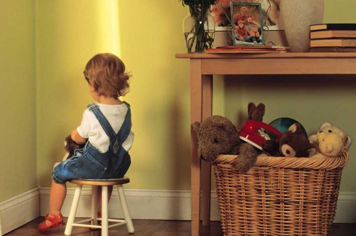 наказание ребенка на стульчике в углу