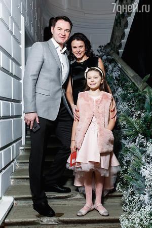 Мария Петрова и Алексей Тихонов с дочкой Полиной