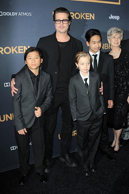 Брэд Питт с сыном Паксом, дочерью Шайло и сыном Мэддоксом