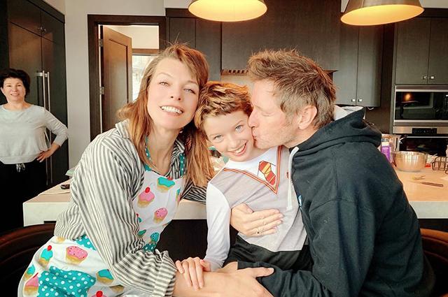 Милла Йовович и Пол Андерсон с дочерью