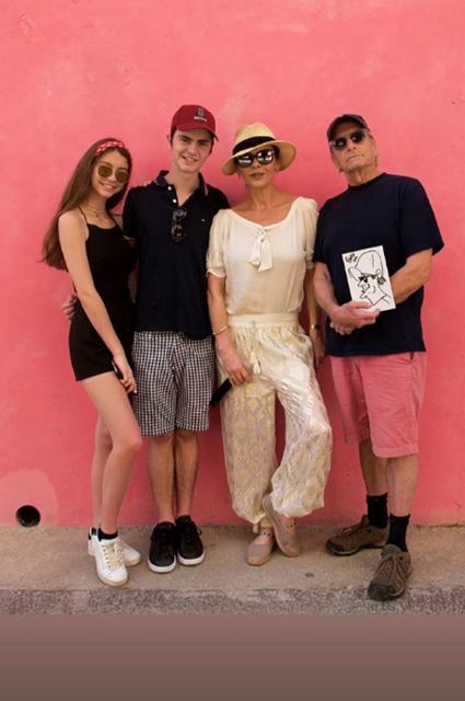 Кэтрин Зета-Джонс и Майкл Дуглас с дочерью Кэрис и сыном Диланом