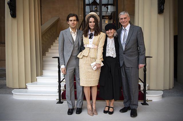 Кира Найтли с мужем и родителями
