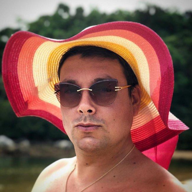 Андрей Чуев в Таиланде устроил с супругой веселый конкурс «битва шляп»
