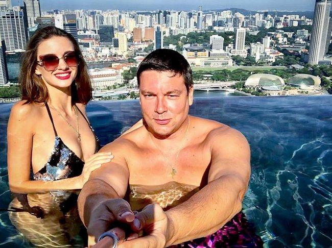 Андрей Чуев в спортзале пытается превратиться в Жан-Клода Ван Дамма