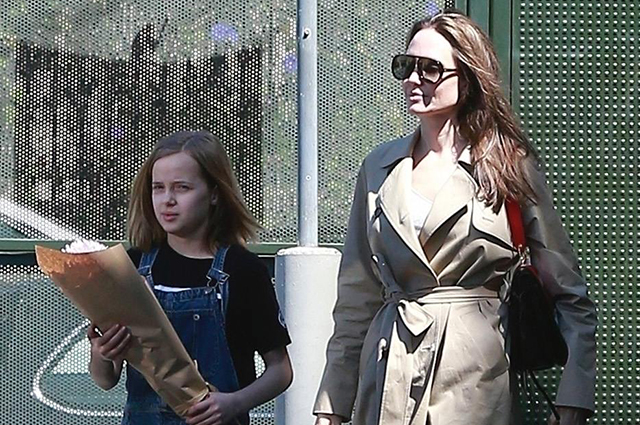 Детям — цветы: Анджелина Джоли на прогулке с дочерью Вивьен