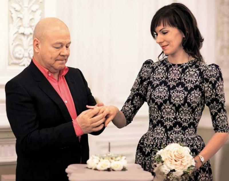 56-летняя звезда «Улиц разбитых фонарей» Сергей Селин поделился подробностями семейной жизни с 33-летней женой