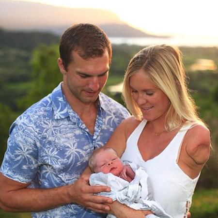 Адам Диркс и Бетани Хэмилтон с сыном Тобиасом