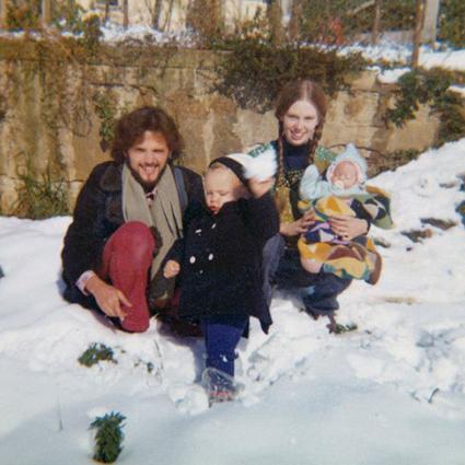 Роуз Макгоун с родителями и братом