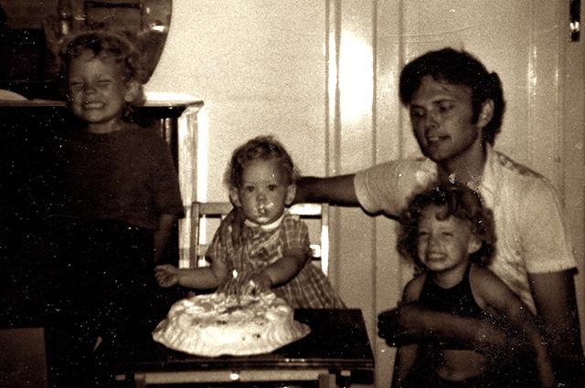 Роуз Макгоун (слева) с отцом и сестрами