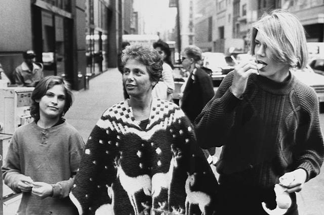 Хоакин и Ривер Фениксы со своей матерью Арлин