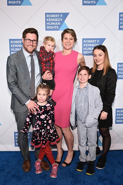 Мейв Кеннеди Таунсенд Маккин с мужем Дэвидом и детьми