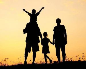 family silhouette 2 300x240 - Миф об идеальном родительстве: чем он мешает воспитанию