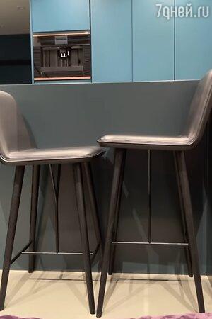 Два месяца фирма изготавливала пару стульев. В итоге они оказались разной высоты.