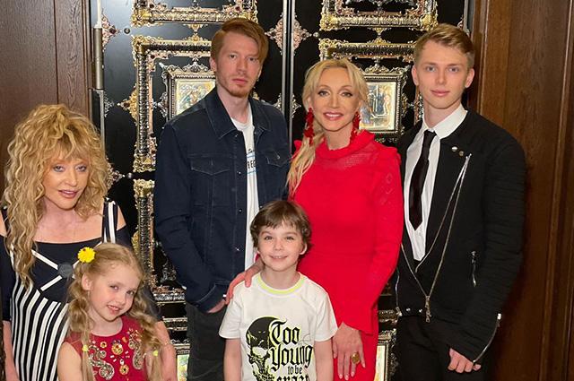 Кристина Орбакайте с сыновьями Никитой и Дени и Алла Пугачева с дочерью Лизой и сыном Гарри
