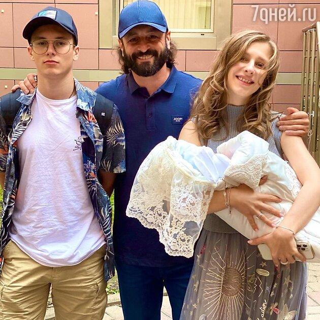 Илья Авербух с женой и детьми