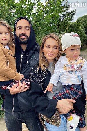 Анна Хилькевич с мужем и детьми