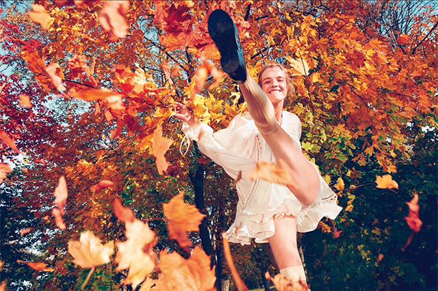 Платформы, меховые тапки и цветные каблуки: какую обувь носить этой осенью